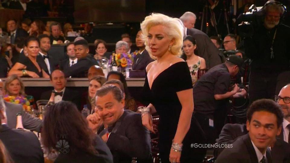 8個金球獎「讓觀眾心跳漏拍」的最窘場面 艾瑪史東興奮擁抱導演...尷尬變3人行XD