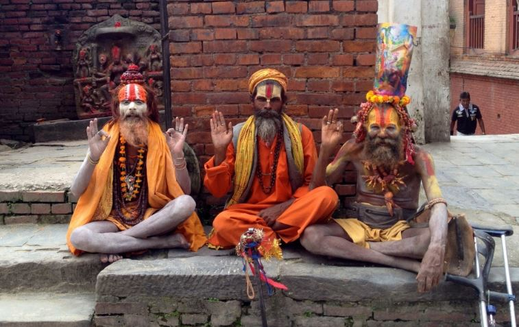 為了來世幸福當苦行僧 尼泊爾神廟「神級假僧」畫花臉...白天直接賺飽上酒店的錢!