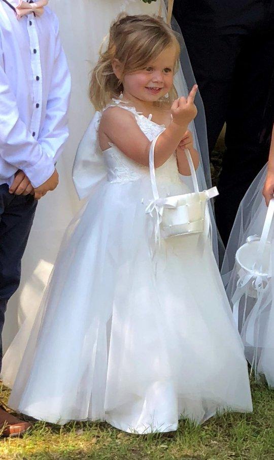 女兒調皮亂入爸媽婚照 一個「全世界都知道的手勢」笑翻眾人...網噴淚:妹妹很派捏~