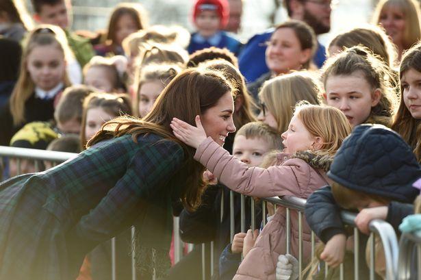 凱特突然被抓頭髮!不怒反而自願當「小朋友的熊寶寶」 超親民舉動被讚爆女神風範!