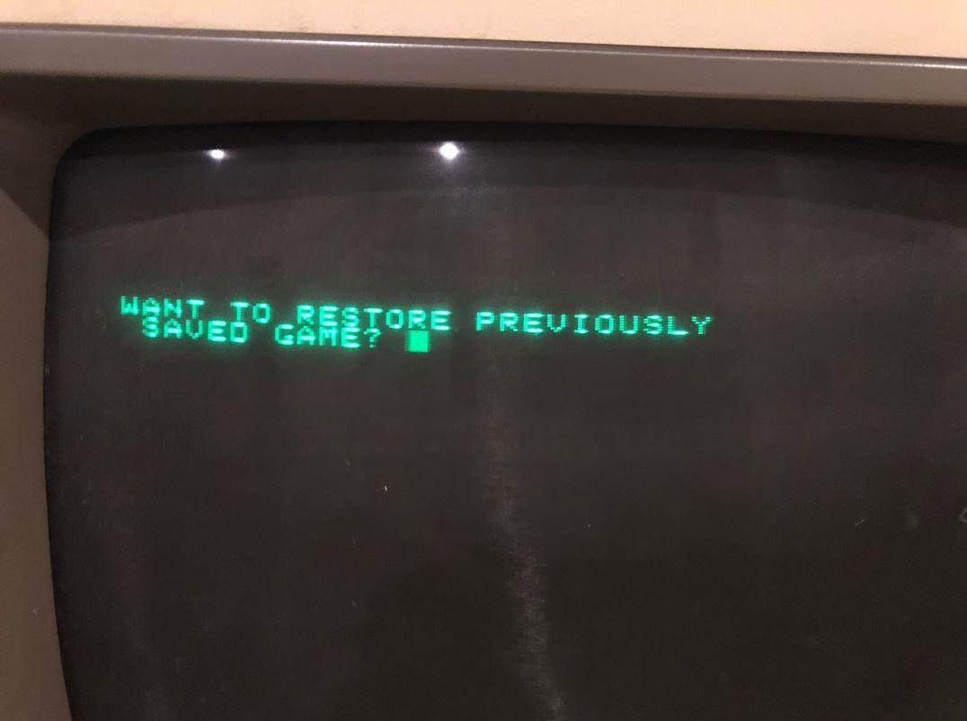 爸媽房間翻出「35年前叔叔級電腦」 插入磁片後爸爸的紀錄讓他跪倒螢幕前!