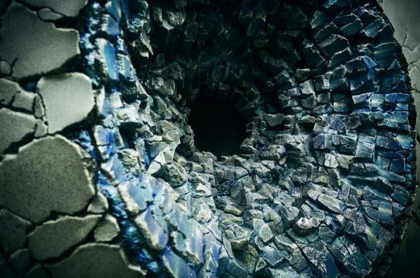 是現實!日本新宿驚見3個破裂大洞 近看「悟空、魯夫、鳴人絕招痕跡」讓全網暴動