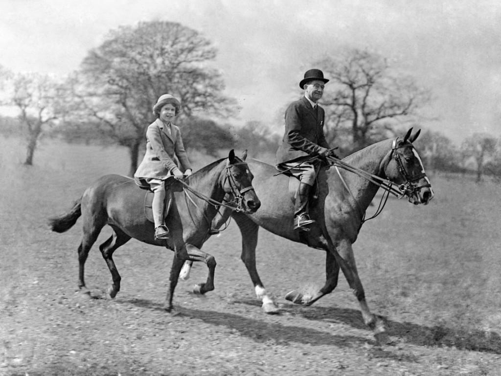 根本精緻版郭雪芙!20張英國女王「登基前的罕見照片」 年輕時騎馬模樣比男人更霸氣~