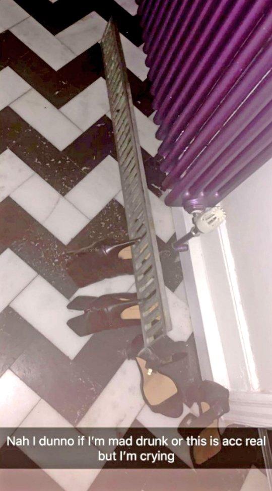辣妹出門狂歡卻被高跟鞋出賣「鎖在地表」 超狂處理方式笑翻網友:這恥度太高!