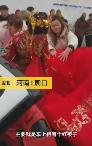 新娘戴金冠「大紅被裹緊緊」坐敞篷車 厭世表情卻讓網超心疼:完全不意外