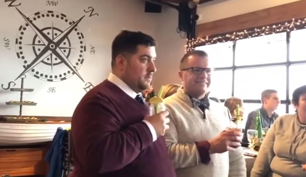 男老師從不敢跟學生說「自己喜歡男生」 當婚禮被「50個學生闖入搗蛋」時他卻感動到哭了