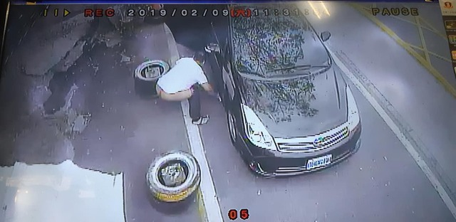 白衣哥到他家門口蹲下送「超臭黃金」 調監視器發現「噴射距離」傻眼:至少30cm...