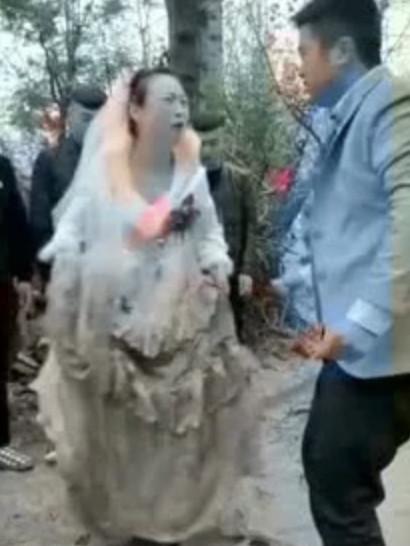 史上最短180秒婚姻!幸福情侶開心結婚 新娘被絆倒慘摔老公卻笑說「兩個字」...她當場離婚