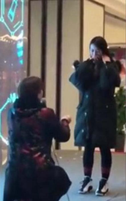 太喜歡這女孩!大媽買戒指下跪「幫當兵兒求婚」 她含淚點頭網卻看衰:會出事
