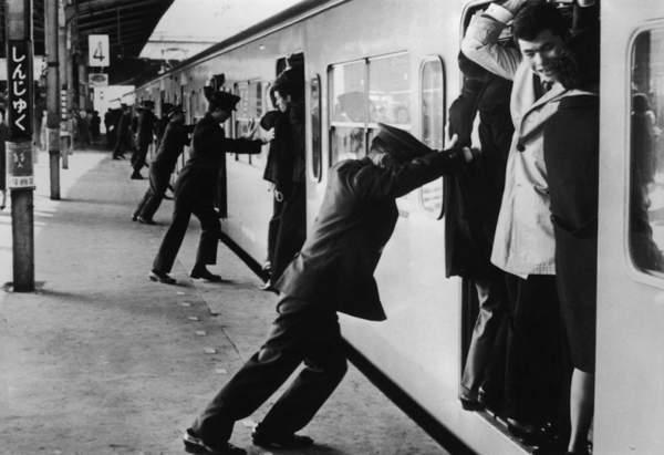 8張證明「日本人註定要擠一輩子」的70年代地鐵照 塞了半世紀...一點長進也沒有!