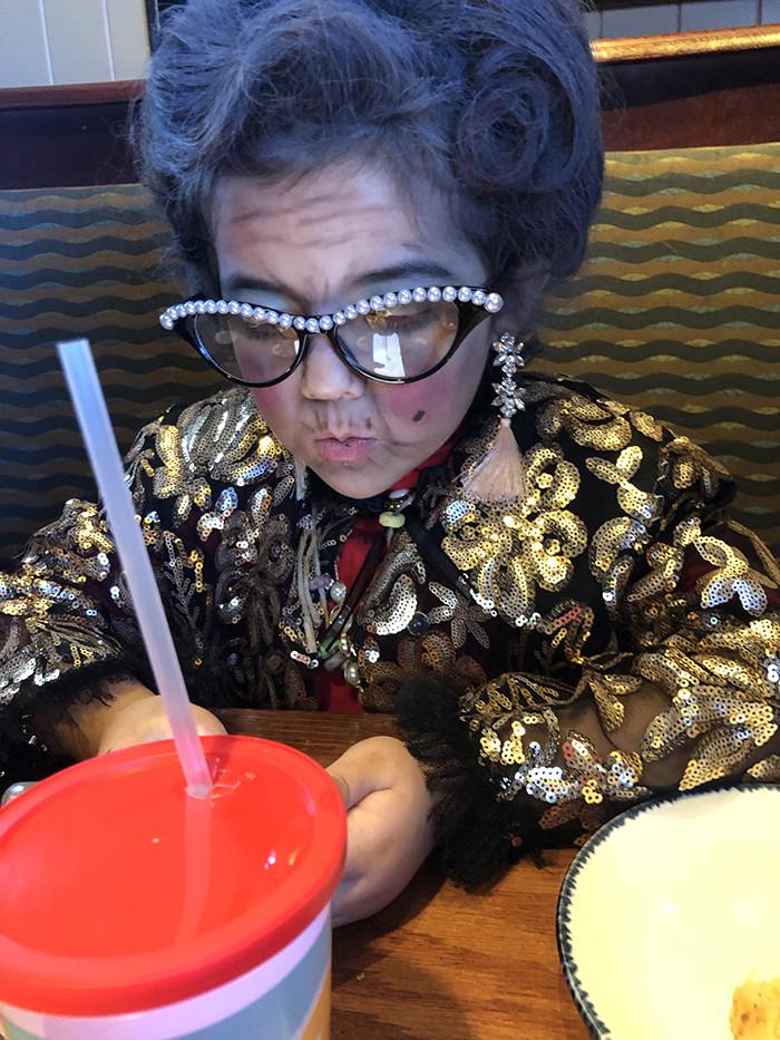 真的是俗擱有力!為慶祝上學滿百日 6歲俏妹子扮「100歲阿嬤」脫下眼鏡後連老師都嚇到了