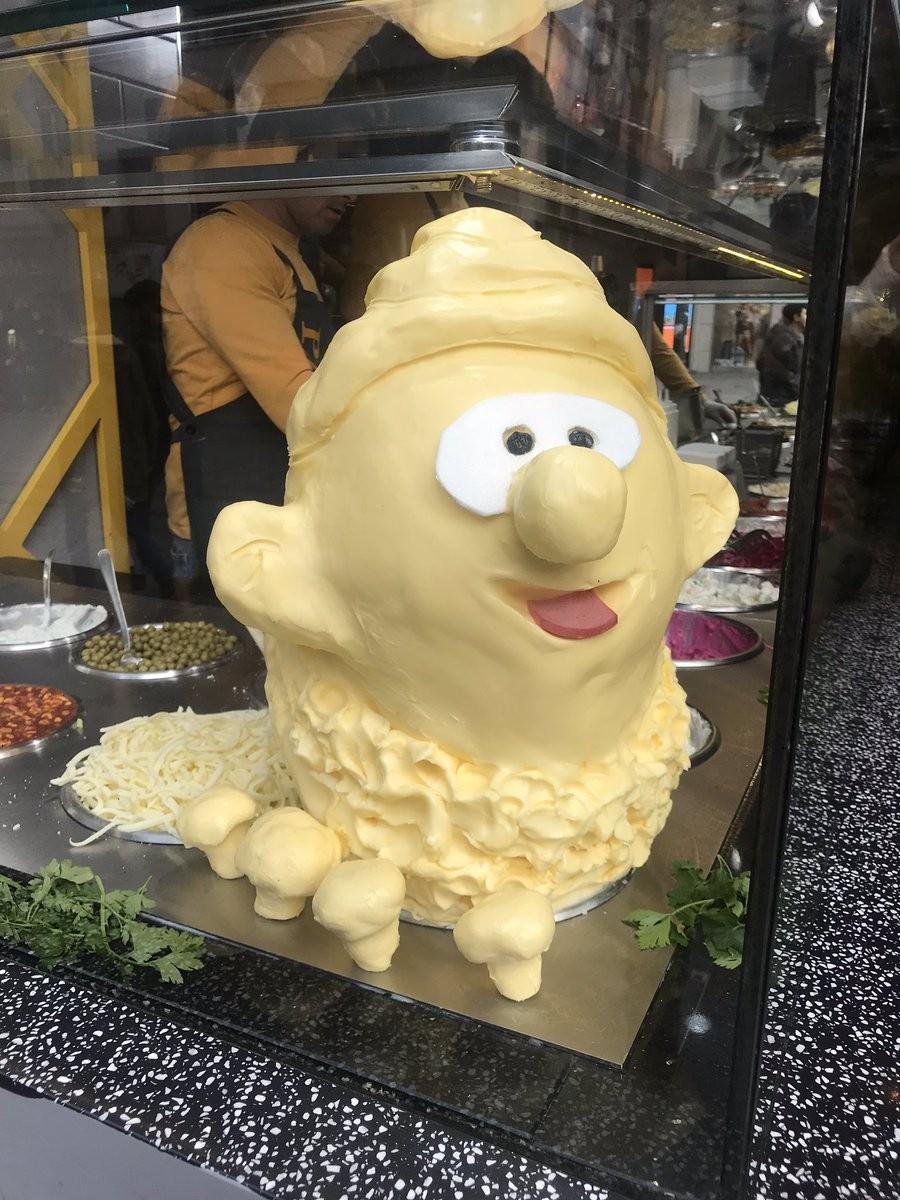 土耳其餐廳擺「奶油皮卡丘」招客 崩壞詭異「豆豆眼」醜到網傻眼:腳的角度不科學
