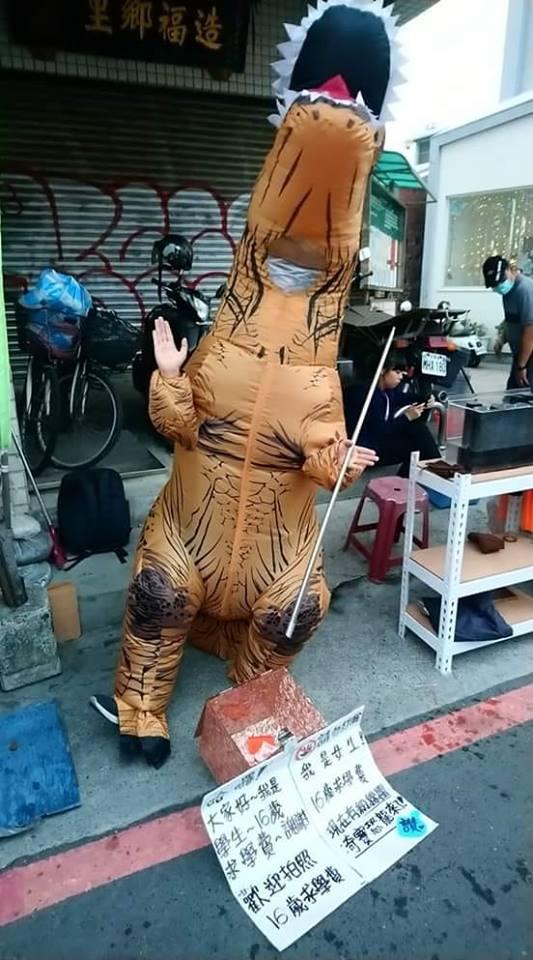為籌學費!16歲女學生扮成「奇寶恐龍」 卻被送拳頭「頭暈見紅」心碎:我招誰惹誰?