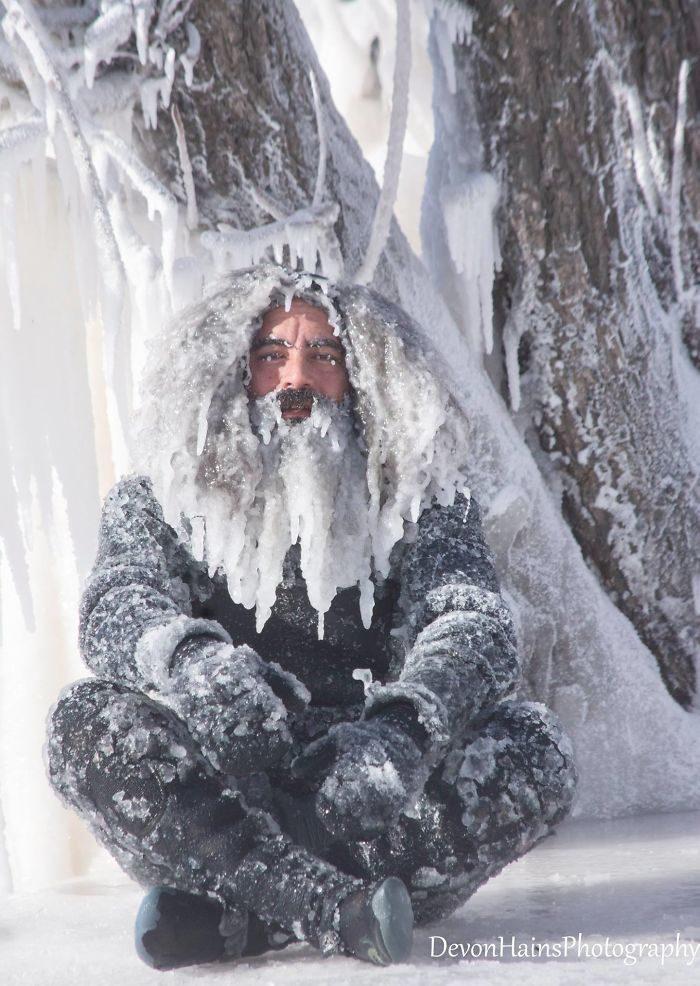 18張「冬天衝浪」的最極端瘋狂照 走出來直接變身急凍水行俠