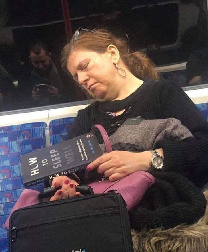 11個陌生人「小動作被鏡頭抓到」的爆笑照 她看著《如何睡得更好》的書...結果成功了!