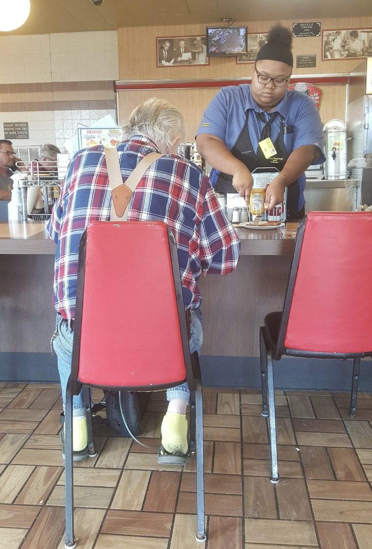 16個「讓世界變更美」的平民超人 奶奶發現「公車椅破了」直接動手