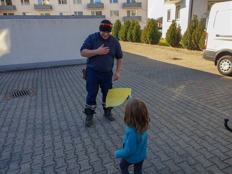 超萌小胖鼠過太爽「半身卡水溝蓋」 小女孩心急找來「整支消防隊」把牠拔出來