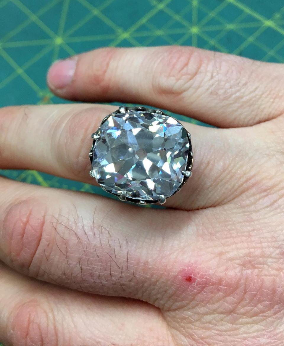 33年前她去二手地攤花400塊買「玩具戒指」 破產後拿去鑑定變賣:價值3000萬啊!