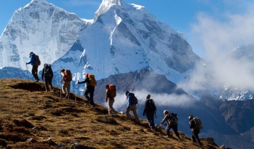 山友挑戰百岳卻在半途發現「三人座沙發」 領隊看一眼下令「整隊折返」:整群都圍在那...