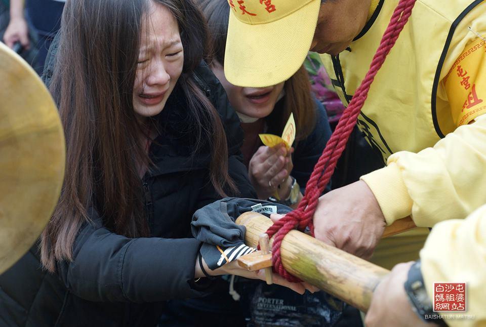 無助女兒挺7個月孕肚跪地懇求「救救我爸」 白沙屯媽祖急回頭「摸手3分鐘」奇蹟發生了!