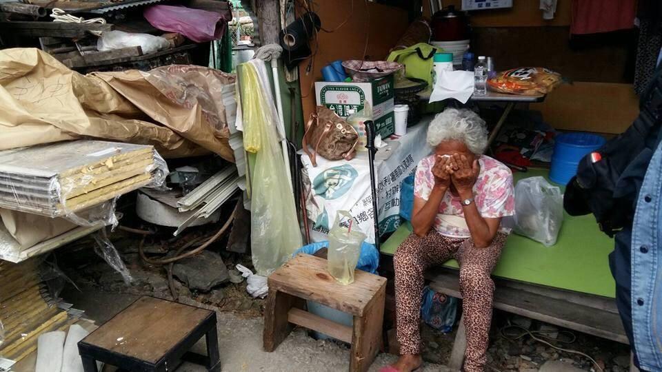 阿嬤住在隨時會坍塌的破房...無名英雄決定「幫忙蓋一間新的」讓她激動落淚:謝謝有你們!