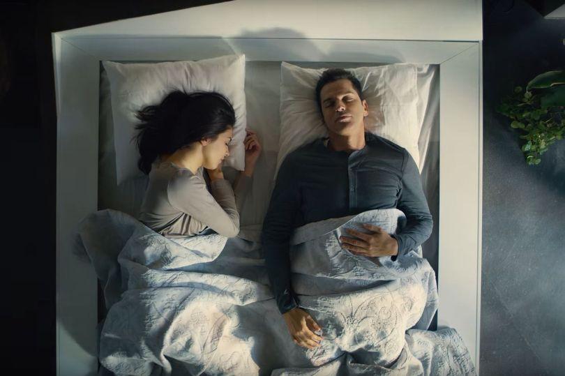 國外推出「讓睡相差人乖乖躺好」超狂雙人床 他一越線馬上被送回原位XD