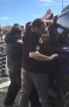 犯人「拿鐵絲把車撬開」警察卻不阻止 他們把「寶藏從車上偷走」連路人都在鼓掌!