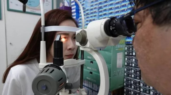 正妹秘書因為滑手機的「正常小習慣」...眼角膜「多500個洞」差點瞎掉!