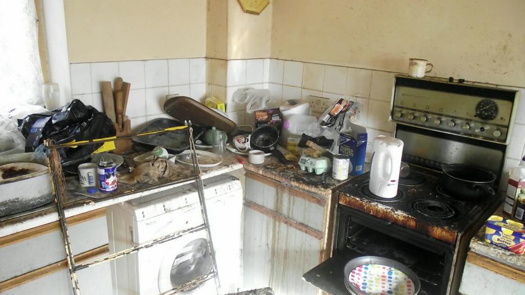 清潔工夫婦進屋準備打掃 門邊竟散落「400包發臭黃金」嚇傻...還有250瓶尿!