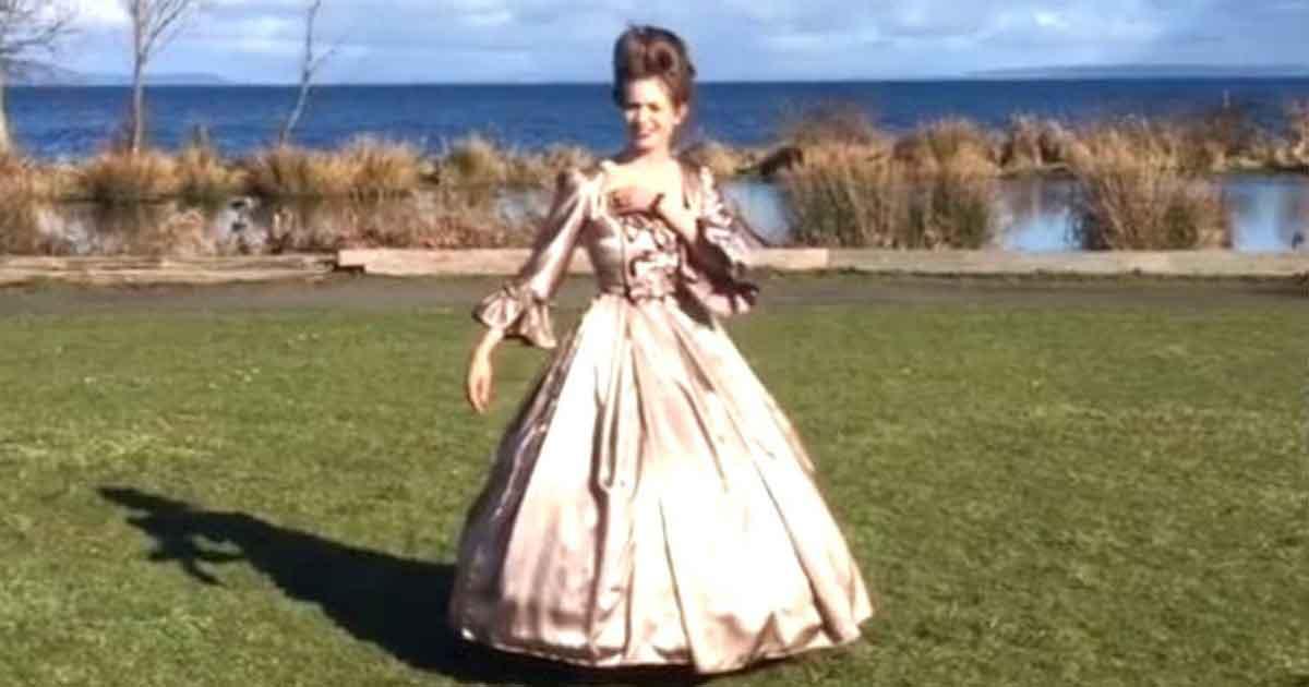 她扮成灰姑娘參加化妝舞會 一轉身禮服的「超驚人設計」讓網跪著重播