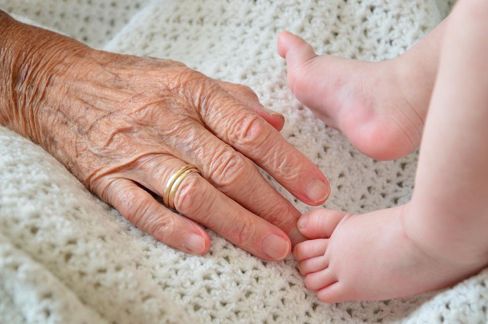 陌生阿婆「咳嗽沒摀嘴」猛伸手想摸嬰兒 被拒後竟嗆「有病別出來」...霸氣媽直接拍桌反擊