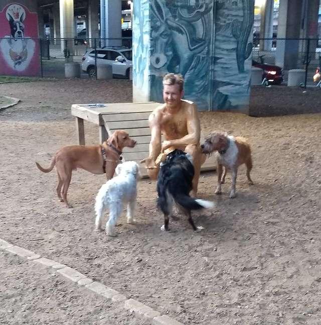 猛男把自己塗成「花生吐司」去公園 狗狗們聞到美食的反應...網友都開始替他擔心了!