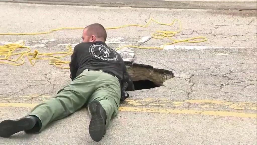 馬路上忽然出現「超巨大洞口」 FBI探員「親自爬進去」後發現:竟然直達銀行...