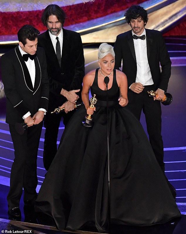 見證一個巨星的誕生!女神卡卡噴淚拿下奧斯卡 「超勵志感言」讓台下跟著擦眼淚