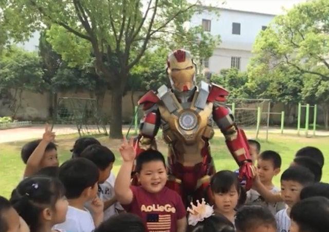「我爸爸是鋼鐵人」女兒慘被嘲笑說謊 他一聽怒穿自製戰衣...讓學校被逼停課!