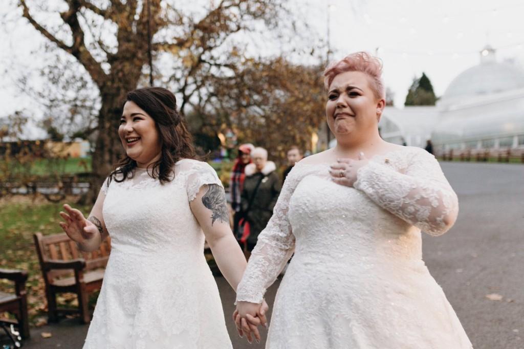 兩女結婚當天穿婚紗上街示愛 小男孩一看「轉頭對媽媽說一句話」讓她們淚崩!