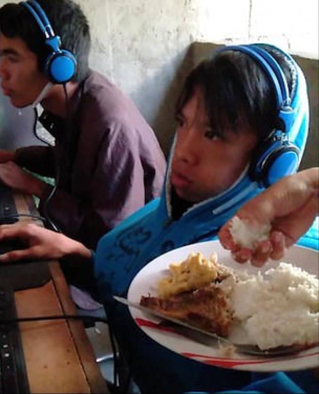 超狂媽寳連打48小時電動 崩潰媽怕他餓到...直衝網咖「親手把飯送進嘴裡」