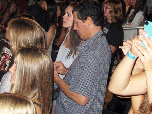 25位「陪迷妹女兒看演唱會追老公」的壯烈爸爸們 看耳朵就知道有沒有專業!