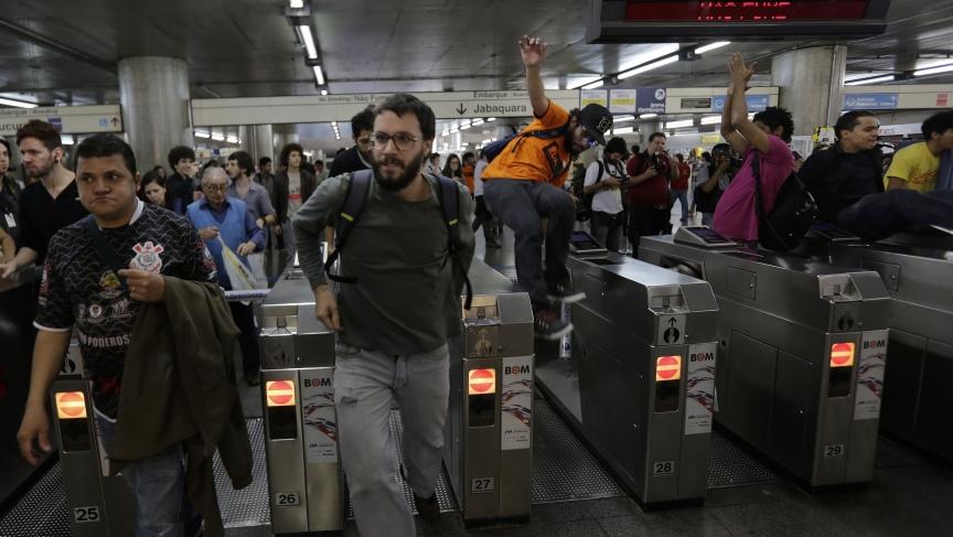 美國大媽為了逃地鐵票「反轉蠕動倒退」 深深海溝讓網友忍不住不停重播