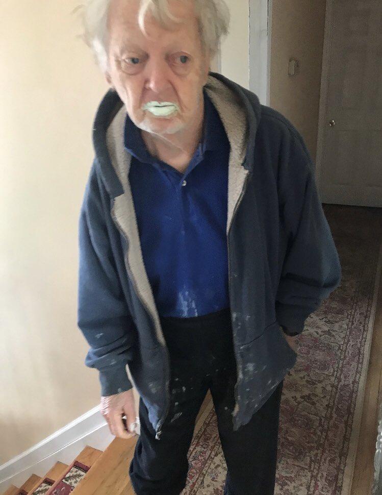 90歲老爺爺超愛喝優格 某天孫女來探訪卻被「嘴角白白痕跡」嚇傻:你吃錯了啦