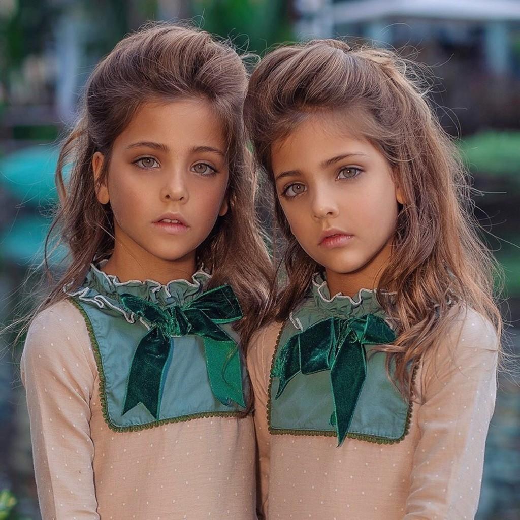 雙胞胎共用駕照20年...卻因「頭頂一束光」被當場抓包!警笑:基因還是有點不同啦~