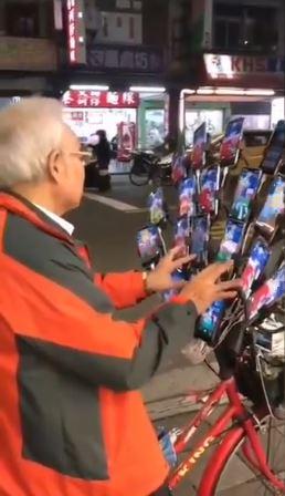 寶可夢伯在日本暴紅!雙手同時狂滑「23台手機」 日網友也認證:神奇寶貝大師在台灣!