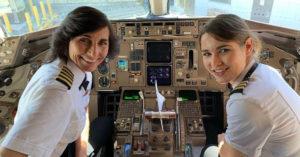 搭機驚見開飛機的竟是「超正母女檔」 網搜出女兒「甜笑制服照」...男網友全暴動啦!