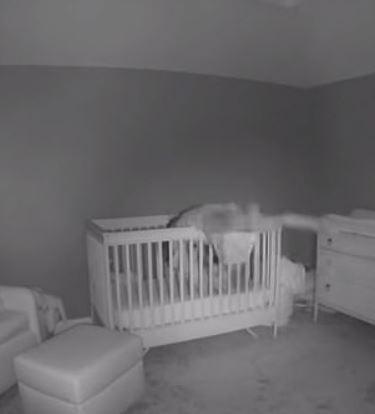 寶寶睡著「152公分小隻媽」終於可休息 彎腰3秒「一起躺進嬰兒床」笑翻網友:又醒了!