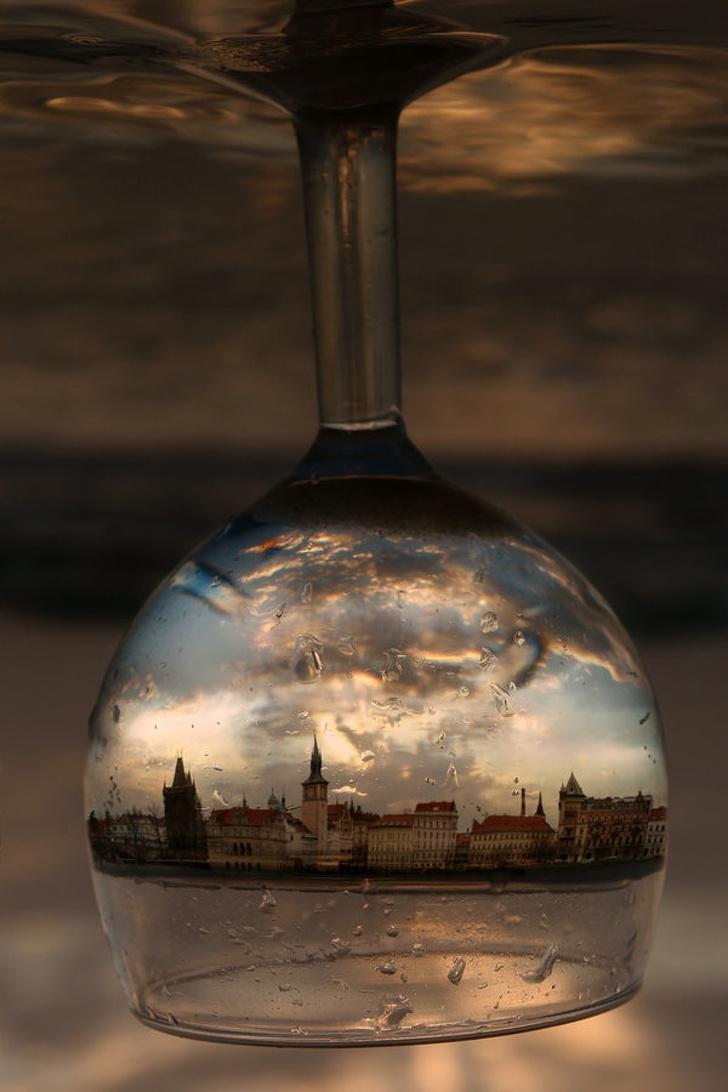 22個「神人玩弄光影」的超完美驚奇照 玻璃杯中倒影出了「整個霍格華茲」!