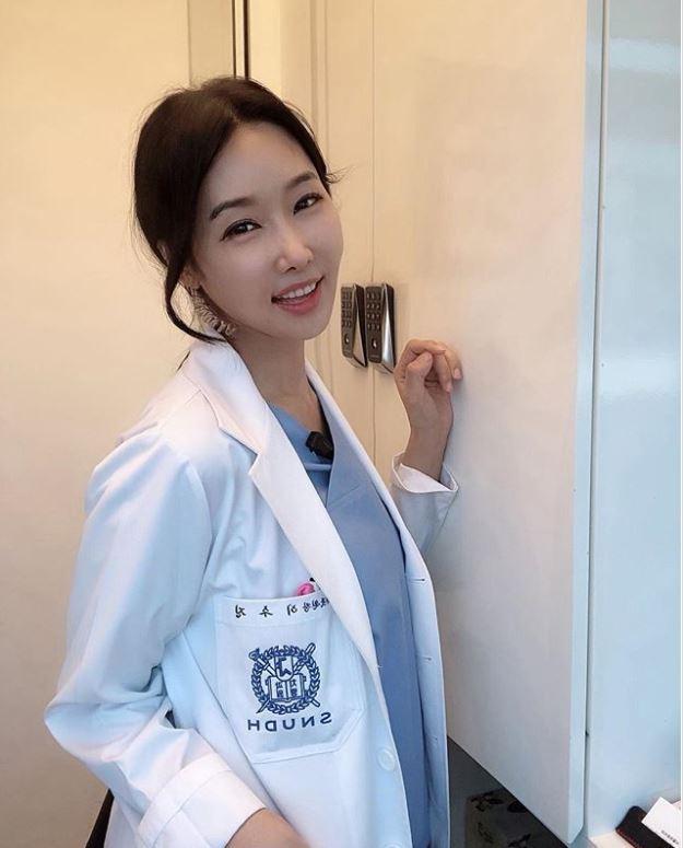 美女牙醫靠「超誘人逆天長腿」爆紅 網查出「她的年齡」全嚇傻:比你媽還大!