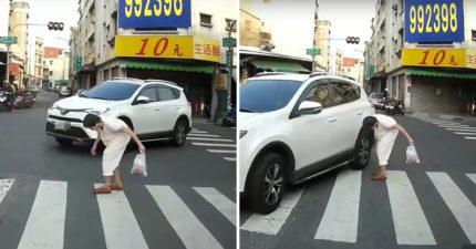 影/駝背嬤過馬路三寶「夜店熱舞式貼身左轉」 裝瞎不減速12秒讓人拳頭硬了!