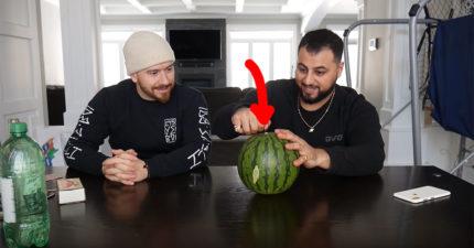 如何用10塊錢幣把西瓜給切成兩半?試過N次他們終於找到方法
