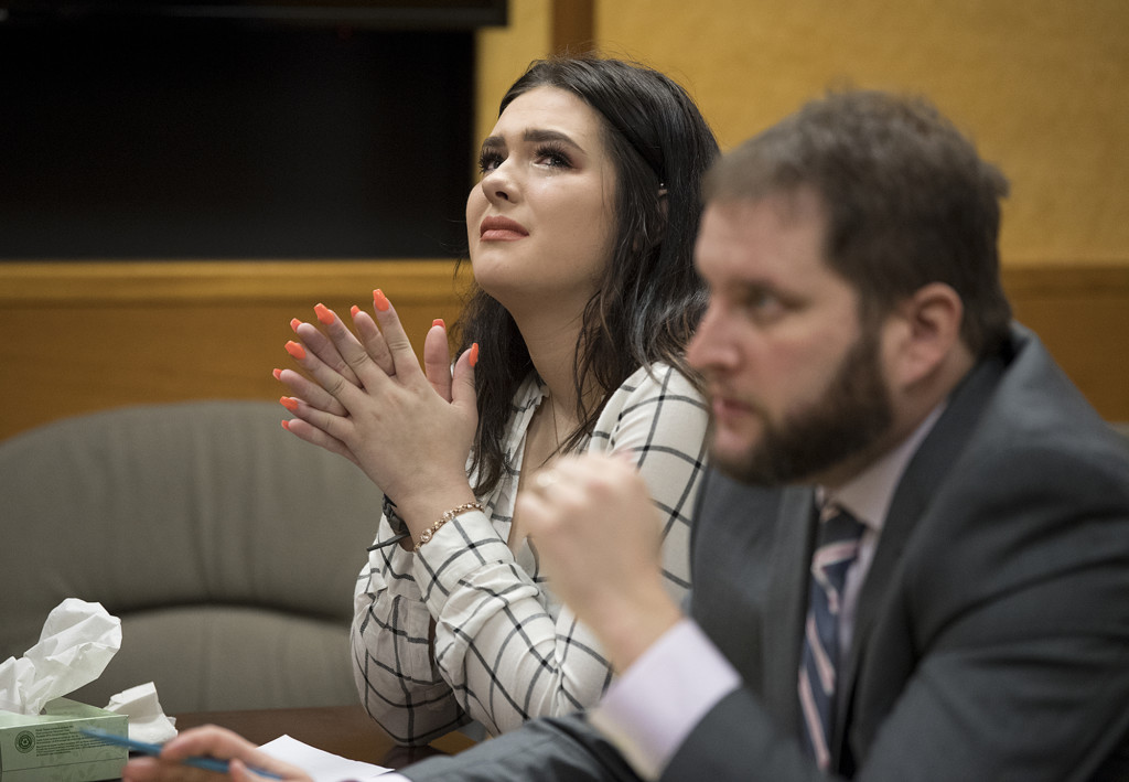 少女開玩笑「把好姊妹從6樓推下去」 恐龍法官聽到「她說了一句話」輕判2天!