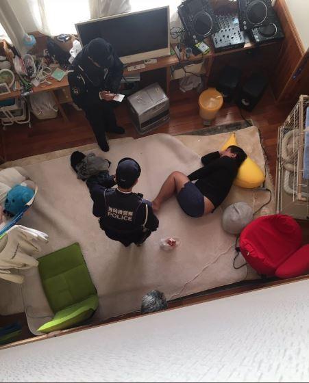 他起床驚見「陌生男躺在客廳騎香蕉」嚇壞 警察到場也傻眼:他是憑空進來的...